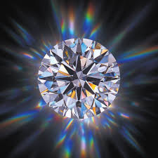 אילו תכונות ביהלום משפיעות על ביצועי האור שלו?