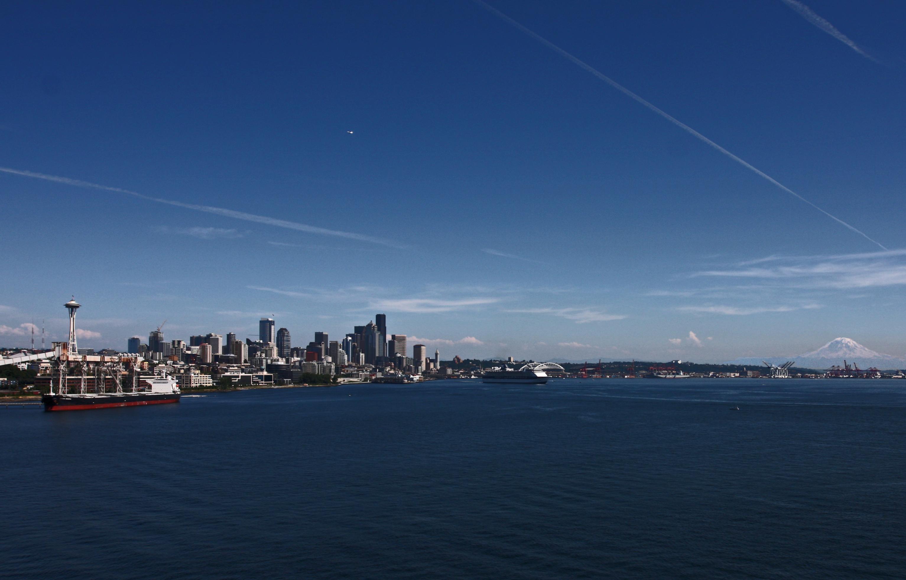 Seattle_Puget Sound waterfront_and_Mt__Rainier.jpg