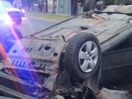 Desesperante: chocó con su auto, volcó y lo salvaron de morir asfixiado