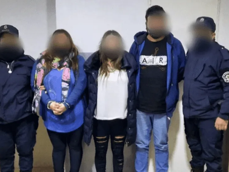 Dos mujeres y un hombre detenidos tras insultar a la policía: una de ellas le intentó robar el arma