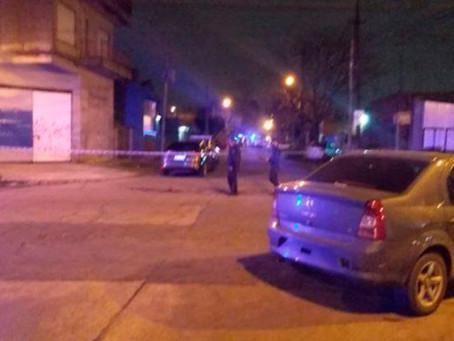 Delincuentes intentaron asaltar a un policía en Berazategui: fueron atropellados por sus cómplices