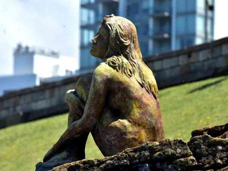 Mar del Plata: crece la intriga por la misteriosa escultura que apareció en la costa