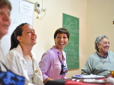 """Mayra con jubilados y jubiladas del Centro  """"Los Tres Deseos"""" de Quilmes"""