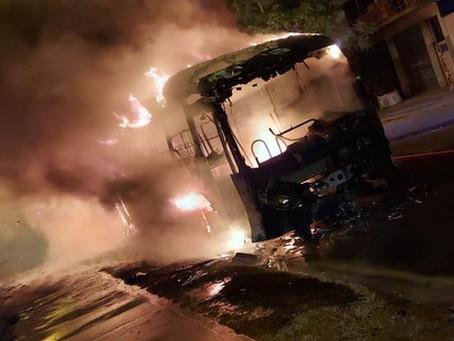 Quilmes Oeste: Motociclista murió atropellado por un colectivo que explotó en llamas