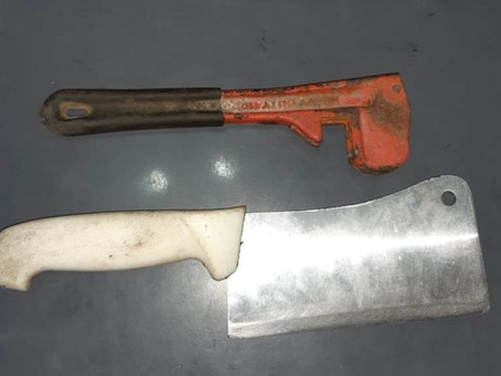 Delincuente intentó asaltar a una mujer con una cuchilla pero apareció su marido y lo molió a golpes