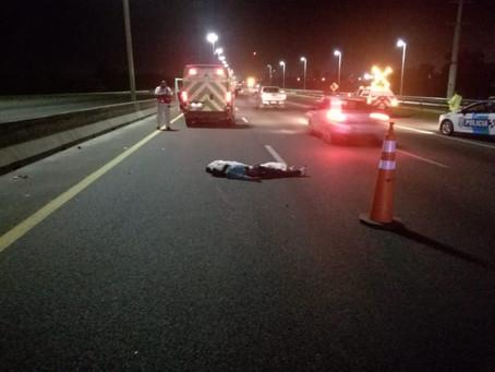 Intentó cruzar la Buenos Aires-La Plata a pie y una camioneta se lo llevó puesto