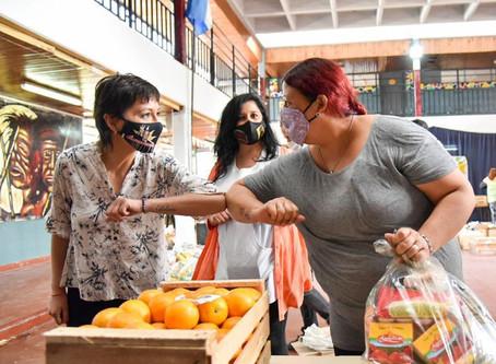 Mayra Mendoza encabezó la entrega de módulos alimentarios en la primaria Nº2 del barrio La Paz