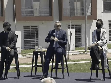 """Fernández entregó viviendas y aseguró: """"Devaluar es fácil, pero es una máquina de generar pobreza"""""""