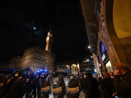Manifestación anti-restricciones en Florencia: 20 detenidos tras enfrentarse con la policía italiana