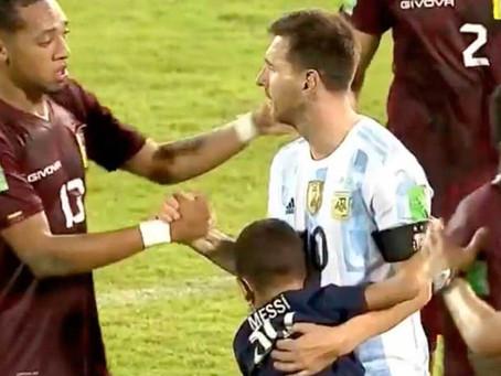 Un nene venezolano burló la seguridad, saltó al campo y Lionel Messi lo esperó para abrazarlo