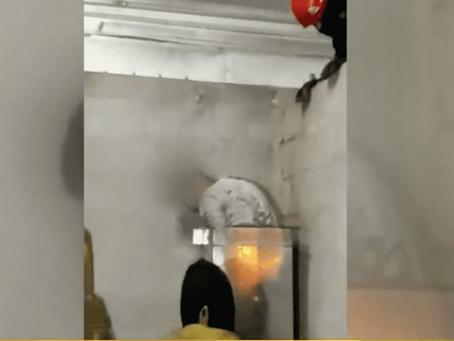 Delincuente ingresó a un taller por la chimenea, quedó atrapado y debió ser rescatado