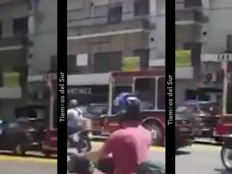VIDEO: chocó, se bajó con un bate para golpear al colectivero que aceleró y se lo llevó puesto
