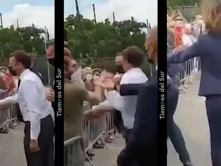 Video: Macron se acercó a saludar a los presentes y se comió tremenda trompada