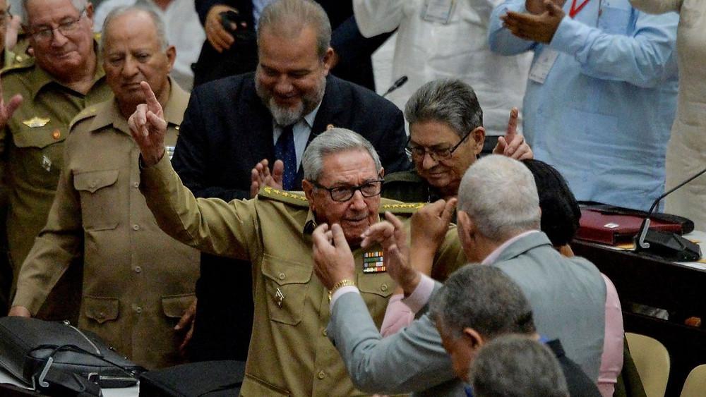"""Se """"jubila"""" Raúl Castro: entregó el mando del Partido Comunista a Díaz-Canel"""
