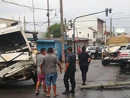 Quilmes: terrible palazo terminó con dos camionetas y un camión destruidos