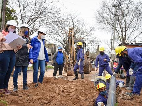 Mayra y Malena Galmarini recorrieron la obra de agua potable en el barrio Azul