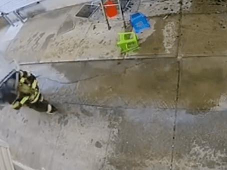 Impactante: bombero combatía un incendio cuando un aire acondicionado le cayó en la cabeza