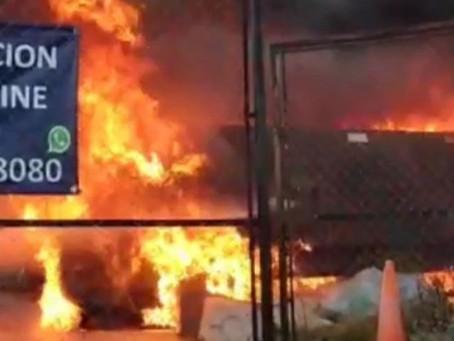 Video: así fue el voraz incendio en una fábrica de piletas de Quilmes Oeste