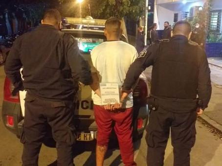 Detuvieron a dos delincuentes que robaron auto, huyeron a los tiros y chocaron contra un poste