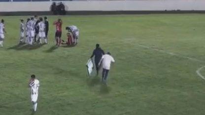 ¡Insólito!: entraron a auxiliar a un jugador y se lesionó el camillero
