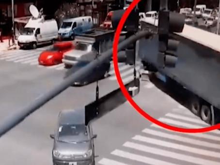 Camión dobló en contramano por Directorio: se llevó puesto dos camionetas, un ciclista y un semáforo