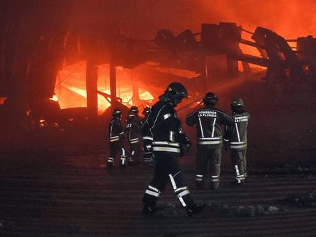 Los bomberos fueron reconocidos tras apagar el voraz incendio en el Parque Industrial de Quilmes