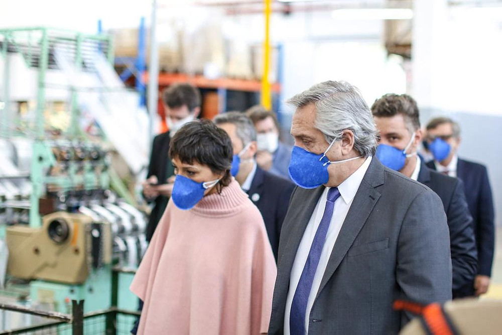 Alberto Fernández visitó una fabrica de barbijos en Quilmes junto a Mayra Mendoza