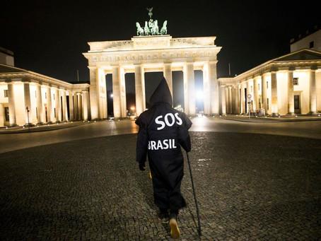 """Artista brasileño vestido de """"la parca"""" protesta en Berlín contra Bolsonaro por el coronavirus"""