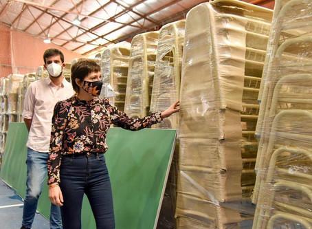 Mayra supervisó el mobiliario que se distribuirá en las escuelas de Quilmes