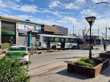 Berazategui: dos jóvenes se emborracharon, robaron colectivo y terminaron en monumental choque