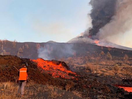 Recrudecieron las explosiones y se abrió una nueva boca eruptiva en el volcán de La Palma