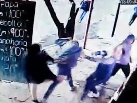 Delincuentes quisieron llevarse frutas sin pagar y se desató una batalla campal en la verdulería
