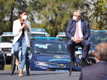 Mayra junto al Presidente en la entrega de móviles e incorporación de 1.000 gendarmes al AMBA