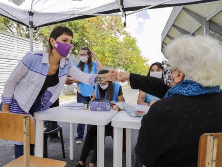 Mayra supervisó una nueva jordana de vacunación en el QAC y llamó a redoblar los cuidados