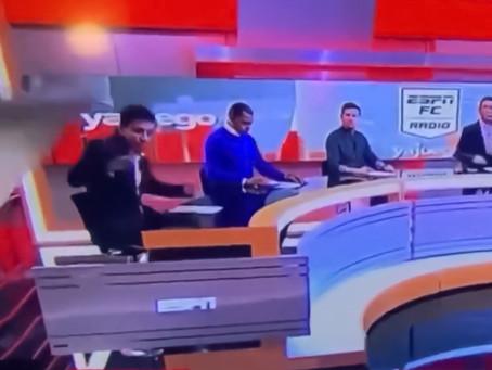 Tremendo video: una pantalla gigante aplastó a periodista colombiano en pleno programa