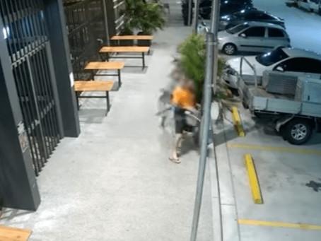 Imperdible: anciana persiguió y tackleó al delincuente que le robó el bolso