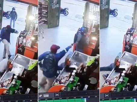 Video: investigan violento asalto de motochorros a un supermercado chino