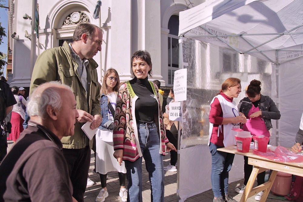 El Municipio de Quilmes aprovechó las filas de los bancos y aplicó la vacunas antigripales