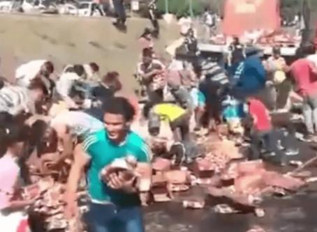 """Volcó un camión con vinos en Tafí Viejo y los vecinos """"ayudaron a limpiar"""" el desastre"""