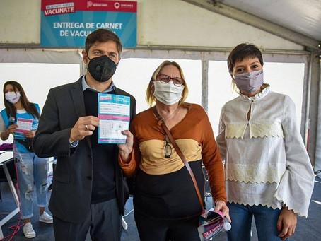 Axel Kicillof y Mayra Mendoza visitaron el operativo de vacunación en el Parque de la Cervecería