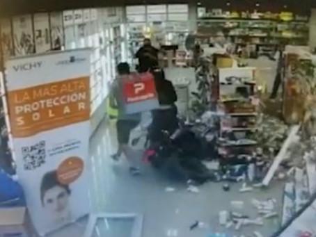 Tremendo: Motociclista perdió el control, se metió a toda velocidad en una farmacia y destrozó todo