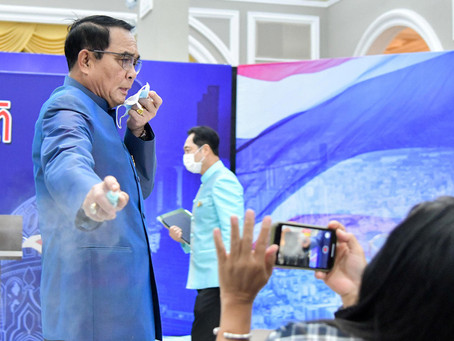 El primer ministro tailandés roció con desinfectante a periodistas para evitar preguntas incómodas