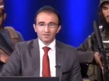 La escalofriante imagen de un presentador afgano rodeado de talibanes armados en el estudio