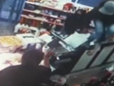 Berazategui: delincuentes entraron a un almacén, robaron la caja registradora y de paso, dos cocas