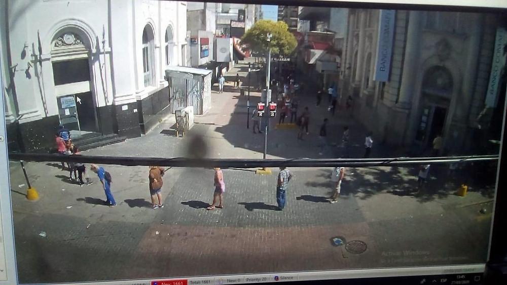 Impactantes videos: multitudinarias filas en los bancos de Quilmes