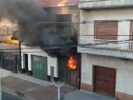 Impactante video: así fue el voraz incendio en un depósito de sillas plásticas en Bernal Oeste