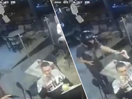 Ni se mosqueó: un hombre no deja de comer sus alitas de pollo durante un robo a mano armada