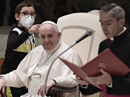 """El curioso momento del Papa y un niño que le quiso """"robar"""" el solideo durante la Audiencia"""