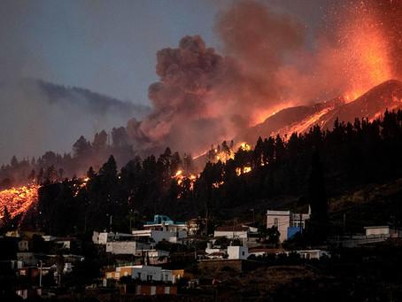 Miles de evacuados y al menos 100 casas destruidas por la erupción del Cumbre Vieja