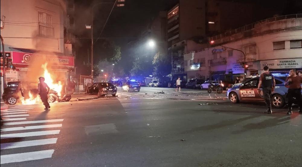 Cinematográfico robo en Flores: persecución, tiroteo y un auto en llamas